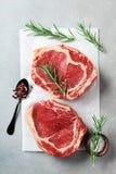 Frischfleisch auf Draufsicht des Küchentischs Rohes Rindfleischsteak und -gewürze für das Kochen stockfoto