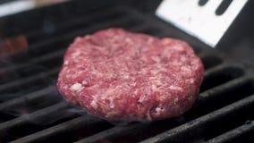 Frischfleisch f?r die Burger gesetzt auf den Grill Langsame Bewegung stock video footage