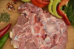 Frischfleisch mit Gemüse und Gewürzen Stockfotografie