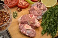 Frischfleisch mit Gemüse und Gewürzen Stockfoto