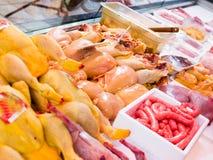Frischfleisch und Geflügel in einem Shopfenster lizenzfreies stockbild