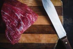 Frischfleischrindfleisch auf dunklem Hintergrund Lizenzfreies Stockfoto
