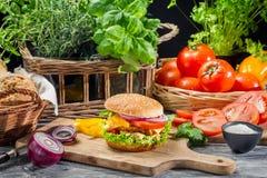 Frischgemüse als Bestandteile für selbst gemachten Hamburger Stockfotos