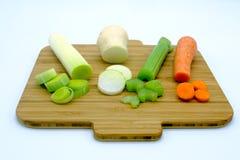 Frischgemüse auf dem hölzernen Brett, bereit gekocht zu werden Lizenzfreies Stockfoto