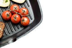 Frischgemüse auf einer Grillwanne lizenzfreie stockbilder
