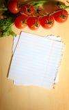 Frischgemüse auf hölzernem Hintergrund und Papier Stockfotos