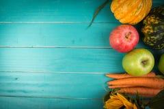 Frischgemüse auf Tabelle Stockfotografie
