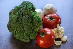 Frischgemüse, Brokkoli, Tomaten, Zwiebel und Knoblauch Lizenzfreies Stockbild