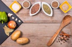 Frischgemüse, Gewürze und Kräuter in den Schüsseln Natürliche und Biobestandteile für das Kochen auf hölzernem Hintergrund Mit hö lizenzfreies stockfoto