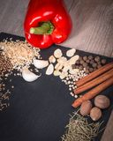 Frischgemüse, Gewürze und Kräuter zerstreuten auf dunklen Hintergrund Natürliche und Biobestandteile für das Kochen des Kopienrau lizenzfreie stockfotografie