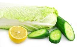 Frischgemüse (Kohl, Gurke und Zitrone) Stockfoto