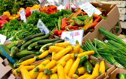 Frischgemüse am Markt eines amerikanischen Landwirts Stockbild