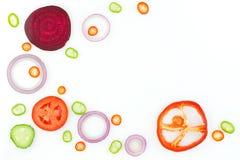 Frischgemüse: rote Zwiebel, Paprikapfeffer, Gurke, rote Rübe und p stockfotos
