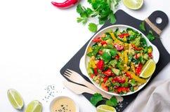 Frischgemüse-Salat, gesunde Mahlzeit des strengen Vegetariers mit Avocado, Kichererbse, grüner Pfeffer, Gurke und Spinat stockbilder