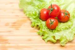 Frischgemüse. Tomatekirsche und grüner Salat Lizenzfreie Stockfotografie