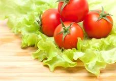 Frischgemüse. Tomatekirsche und grüner Salat Stockfotos