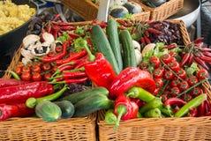 Frischgemüse: Tomaten, Gurken, Kopfsalat, Pfeffer, Champignons im Korb am Straßenbauernhofmarkt Stockbilder