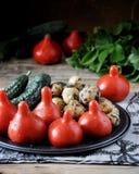 Frischgemüse - Tomaten, Kartoffeln und Gurken stockfotos