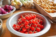 Frischgemüse, Tomaten, Kartoffeln und rote Zwiebeln Lizenzfreies Stockfoto
