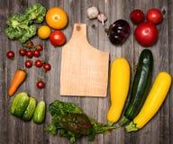 Frischgemüse und Bestandteile für das Kochen um Ausschnitteber Lizenzfreie Stockfotos