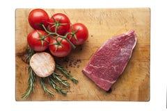 Frischgemüse und Fleisch auf Schneidebrett Stockfoto