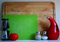 Frischgemüse und Früchte auf der Tabelle in der modernen Küche Lizenzfreies Stockbild