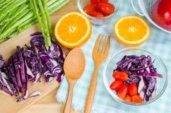 Frischgemüse und Früchte auf Küchentisch Stockfotografie