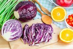 Frischgemüse und Früchte auf Küchentisch Stockbild
