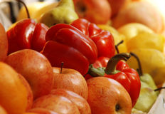 Frischgemüse und Früchte am Markt Stockbilder