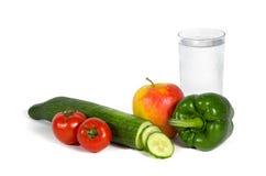 Frischgemüse und Früchte mit einem Glas Wasser Lizenzfreie Stockfotografie