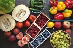 Frischgemüse und Früchte vom Markt auf dem grauen Hintergrund Sommer und gesundes Lebenkonzept Lizenzfreies Stockfoto