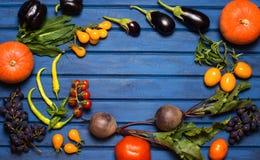 Frischgemüse und Frucht auf blauem hölzernem Hintergrund stockfoto