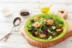 Frischgemüse und Garnelensalat Stockbild
