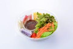 Frischgemüse und Getreidesalat auf weißem Hintergrund Stockfotos