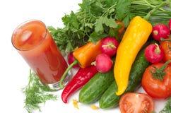 Frischgemüse und Glas Tomatesaft Stockbild