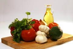 Frischgemüse und Olivenöl auf Platte Stockfotografie