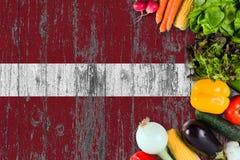 Frischgem?se von Lettland auf Tabelle Kochen des Konzeptes auf h?lzernem Flaggenhintergrund lizenzfreie stockfotografie
