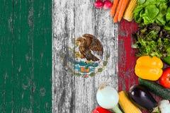 Frischgem?se von Mexiko auf Tabelle Kochen des Konzeptes auf h?lzernem Flaggenhintergrund stockfotografie