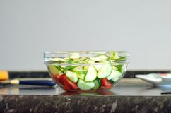 Frischgemüsesalat in einer Glasschüssel stockfotos