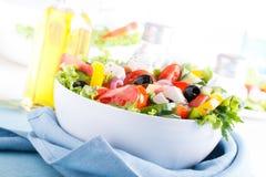 Frischgemüsesalat (griechischer Salat) Stockfotografie