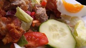 Frischgemüsesalat mit Fleisch und Speck stockfoto