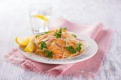 Frischgemüsesalat mit Kohlkohlrabi, Karotten und roten Zwiebeln Stockfoto