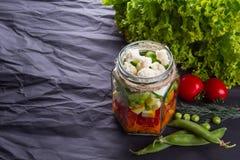 Frischgemüsesalat mit Kräutern auf einem hölzernen Brett, schwarzer strukturierter Hintergrund Mit Platz für Text Gesunde Nahrung lizenzfreie stockfotografie