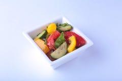 Frischgemüsesalat mit Tomate, Gurke, grüner Pfeffer und Kopfsalat treiben in der weißen Schüssel Blätter Stockfoto