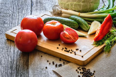 Frischgemüsetomaten, Gurke, Paprika pepers, Dill auf hölzernem Hintergrund stockfoto