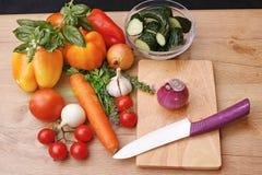 Frischgemüse auf dem Tisch für Salat Stockfotografie