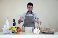 Frischgemüse und Früchte auf der Tabelle in der modernen Küche Stockbild