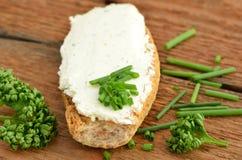 Frischkäse auf Brot mit Schnittlauch Obraz Stock
