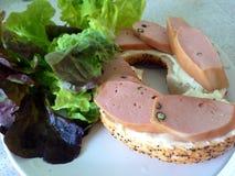 Frischkäsebagel mit Wurst Stockfoto
