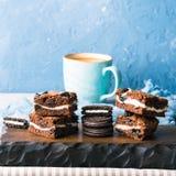 Frischkäseschokoladenkuchen mit Plätzchen Stockfoto